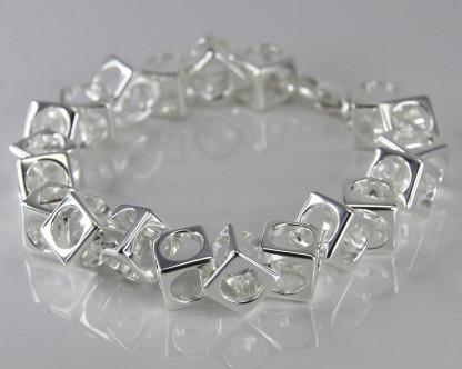 schmuck kaufen Armband Würfel 1001 139 liegend 416x332 - Design-Armband Würfel